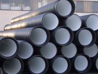 В зависимости от использования материалов для производства канализационных труб они делятся на два типа – пластиковые и металлические. Также бывают металлопластиковые трубы. Но как определить, какие трубы лучше, и на каких стоит остановить свой выбор?   При выборе труб для канализации и водопровода необходимо обязательно узнать их срок эксплуатации и пригодность их для горячей воды. Не стоит игнорировать их возможную реакцию на химическое или биологическое воздействие.   Считается, что металлические трубы лучше пластиковых тем, что они более долговечны. Ими можно пользоваться не одно десятилетие благодаря тому, что они изготовлены из стали. Однако такое мнение довольно спорное. Такой вид канализационных труб делится на сварные и бесшовные. Несмотря на более высокую цену, бесшовные трубы гораздо лучше, соответственно и прослужат они дольше. По возможности лучше остановить свой выбор на трубах с антикоррозийным напылением. Оно даст дополнительную защиту от разрушения. У таких труб есть только один недостаток – их высокая стоимость. Однако она вполне оправдана соответствующим качеством и более продолжительным сроком эксплуатации.   Среди металлических труб также есть чугунные. Такие трубы прекрасно подойдут для канализационной коммуникации в доме и на улице. Однако они имеют существенные недостатки. Из-за того, что они сделаны из чугуна – они довольно тяжелые. Кроме этого чугунные трубы имеют большую вероятность зарастания, по сравнению с другими. Сначала появляется небольшой налет, который со временем перерастает в наросты.   Пластиковые трубы значительно дешевле металлических. Они позволяют создать герметичную сеть трубопроводов, которую можно скрыть под покрытием стен или полов. Стоит отметить, что пластиковые трубы гораздо реже засоряются. Пластиковым трубам не страшны промерзание и блуждающие потоки.