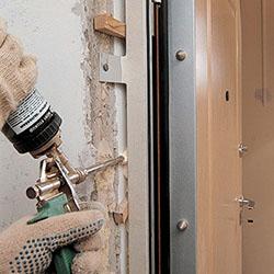 Проверка качества выполненной установки стальной двери